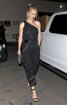 Голая грудь Роузи Хантингтон-Уайтли в прозрачном наряде в Западном Голливуде фото #10