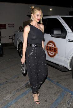 Голая грудь Роузи Хантингтон-Уайтли в прозрачном наряде в Западном Голливуде фото #12