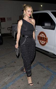 Голая грудь Роузи Хантингтон-Уайтли в прозрачном наряде в Западном Голливуде фото #13