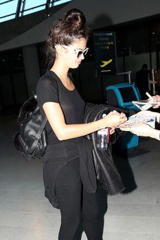 Красотка Сара Сампайо засветила грудь сквозь футболку в аэропорту Ниццы фото #3