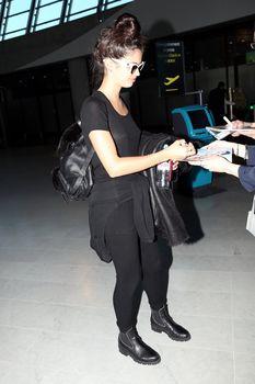 Красотка Сара Сампайо засветила грудь сквозь футболку в аэропорту Ниццы фото #4
