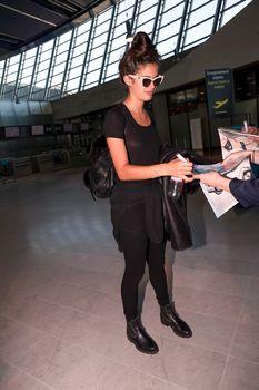 Красотка Сара Сампайо засветила грудь сквозь футболку в аэропорту Ниццы фото #5