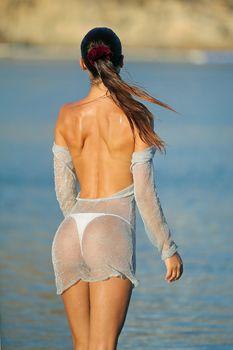 Красивая грудь Сильвии Карузо в прозрачном наряде на пляже Миконоса фото #3