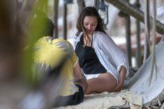 Красотка Элизабет Олсен в сексуальном купальнике на пляже фото #7