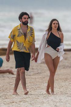 Красотка Элизабет Олсен в сексуальном купальнике на пляже фото #9