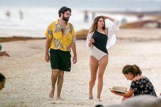 Красотка Элизабет Олсен в сексуальном купальнике на пляже фото #10