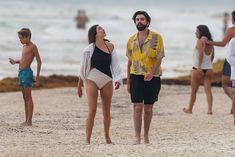 Красотка Элизабет Олсен в сексуальном купальнике на пляже фото #11