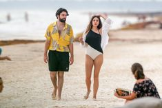 Красотка Элизабет Олсен в сексуальном купальнике на пляже фото #12