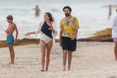 Красотка Элизабет Олсен в сексуальном купальнике на пляже фото #13