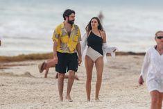 Красотка Элизабет Олсен в сексуальном купальнике на пляже фото #14