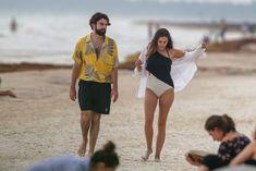 Красотка Элизабет Олсен в сексуальном купальнике на пляже фото #15