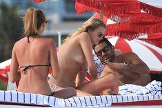 Аппетитная Тони Гаррн топлесс на пляже на Майами фото #5