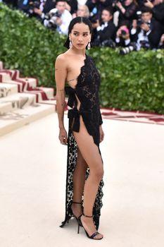 Красавица Зои Кравиц засветила грудь в сексуальном прозрачном платье на MET Gala фото #2