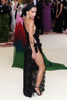 Красавица Зои Кравиц засветила грудь в сексуальном прозрачном платье на MET Gala фото #3
