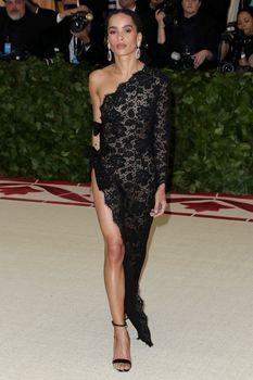 Красавица Зои Кравиц засветила грудь в сексуальном прозрачном платье на MET Gala фото #4