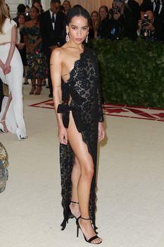 Красавица Зои Кравиц засветила грудь в сексуальном прозрачном платье на MET Gala фото #5