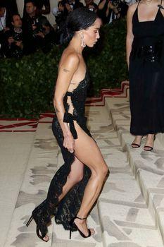 Красавица Зои Кравиц засветила грудь в сексуальном прозрачном платье на MET Gala фото #6