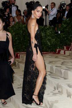 Красавица Зои Кравиц засветила грудь в сексуальном прозрачном платье на MET Gala фото #8