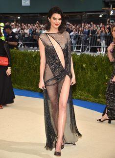 Сексуальная голая попка  Кендалл Дженнер в абсолютно прозрачном наряде на MET Gala фото #2