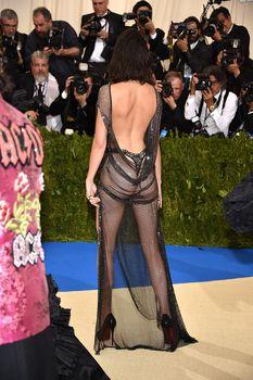 Сексуальная голая попка  Кендалл Дженнер в абсолютно прозрачном наряде на MET Gala фото #3