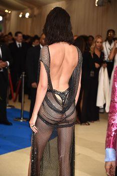 Сексуальная голая попка  Кендалл Дженнер в абсолютно прозрачном наряде на MET Gala фото #4