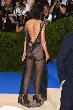 Сексуальная голая попка  Кендалл Дженнер в абсолютно прозрачном наряде на MET Gala фото #5