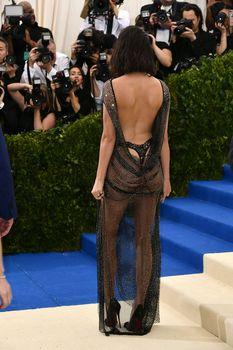 Сексуальная голая попка  Кендалл Дженнер в абсолютно прозрачном наряде на MET Gala фото #6