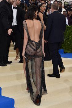 Сексуальная голая попка  Кендалл Дженнер в абсолютно прозрачном наряде на MET Gala фото #8