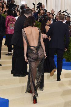 Сексуальная голая попка  Кендалл Дженнер в абсолютно прозрачном наряде на MET Gala фото #9