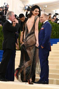 Сексуальная голая попка  Кендалл Дженнер в абсолютно прозрачном наряде на MET Gala фото #10