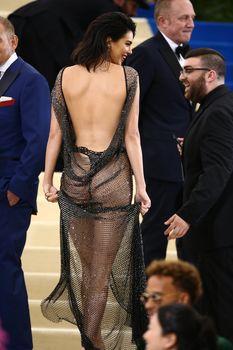 Сексуальная голая попка  Кендалл Дженнер в абсолютно прозрачном наряде на MET Gala фото #11