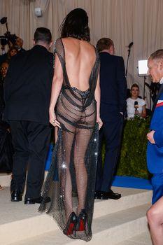 Сексуальная голая попка  Кендалл Дженнер в абсолютно прозрачном наряде на MET Gala фото #12