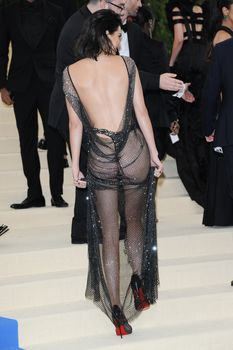 Сексуальная голая попка  Кендалл Дженнер в абсолютно прозрачном наряде на MET Gala фото #13