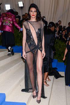 Сексуальная голая попка  Кендалл Дженнер в абсолютно прозрачном наряде на MET Gala фото #14
