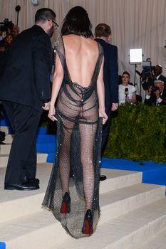 Сексуальная голая попка  Кендалл Дженнер в абсолютно прозрачном наряде на MET Gala фото #15