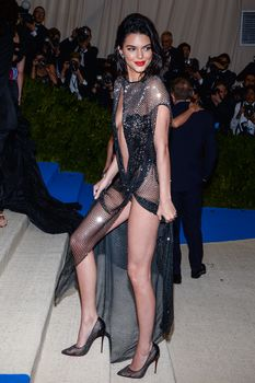 Сексуальная голая попка  Кендалл Дженнер в абсолютно прозрачном наряде на MET Gala фото #16