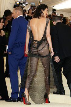 Сексуальная голая попка  Кендалл Дженнер в абсолютно прозрачном наряде на MET Gala фото #18
