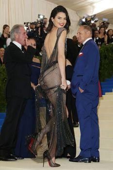 Сексуальная голая попка  Кендалл Дженнер в абсолютно прозрачном наряде на MET Gala фото #19