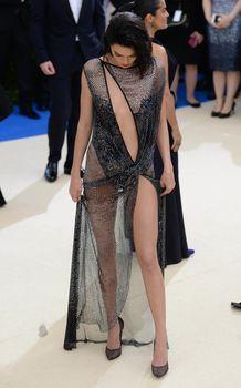 Сексуальная голая попка  Кендалл Дженнер в абсолютно прозрачном наряде на MET Gala фото #20