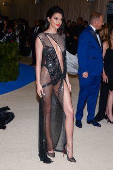 Сексуальная голая попка  Кендалл Дженнер в абсолютно прозрачном наряде на MET Gala фото #21