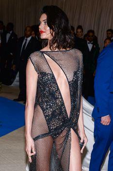 Сексуальная голая попка  Кендалл Дженнер в абсолютно прозрачном наряде на MET Gala фото #22