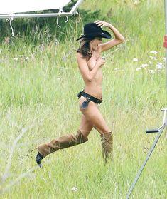 Красотка Алессандра Амбросио топлесс для фотосессии от Victoria's Secret в Аспене фото #4