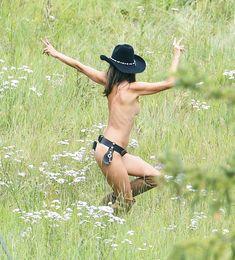 Красотка Алессандра Амбросио топлесс для фотосессии от Victoria's Secret в Аспене фото #5