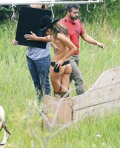 Красотка Алессандра Амбросио топлесс для фотосессии от Victoria's Secret в Аспене фото #10