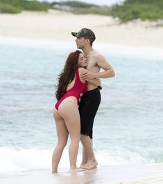Сексуальная Ариэль Уинтер в ярком купальнике на Багамах фото #4