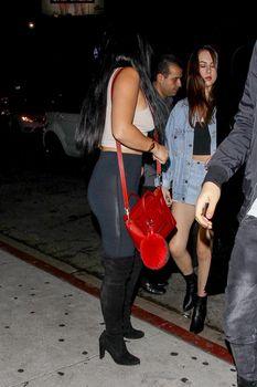 Сочная попа Ариэль Уинтер  в сексуальных лосинах в Голливуде фото #7