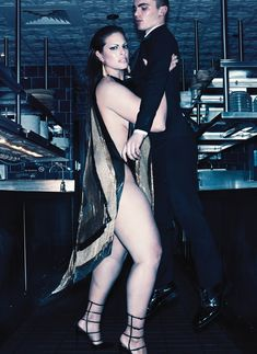 Красотка Эшли Грэм оголила попу в журнале V фото #2