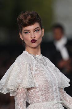 Голая грудь Барбары Палвин сквозь прозрачное платье на Runway Show в Париже фото #2
