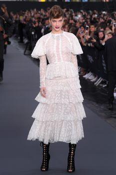 Голая грудь Барбары Палвин сквозь прозрачное платье на Runway Show в Париже фото #4