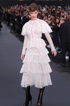 Голая грудь Барбары Палвин сквозь прозрачное платье на Runway Show в Париже фото #5